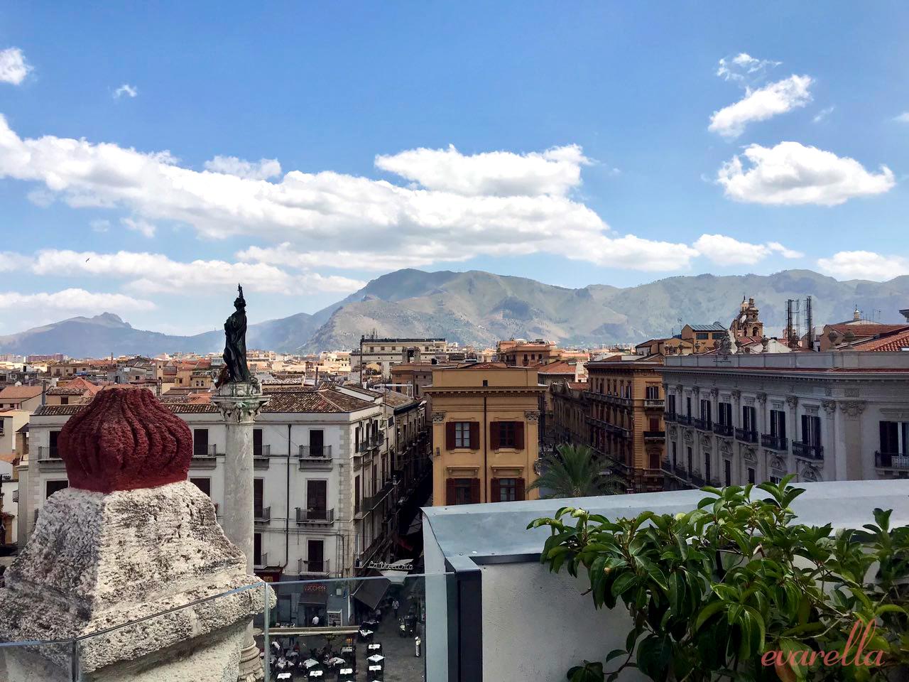 Blick von der Dachterrasse des La Rinascent Palermo - im Hintergrund der Monte Catalfano