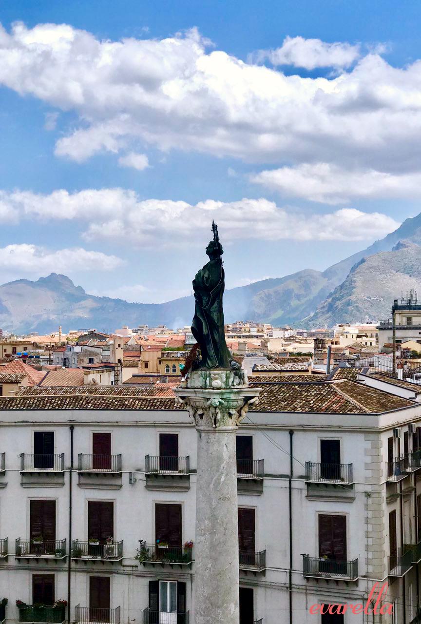 Aussicht von der Dachterrasse  im Hintergrund der Monte  Catalfano– La Rinascente Palermo
