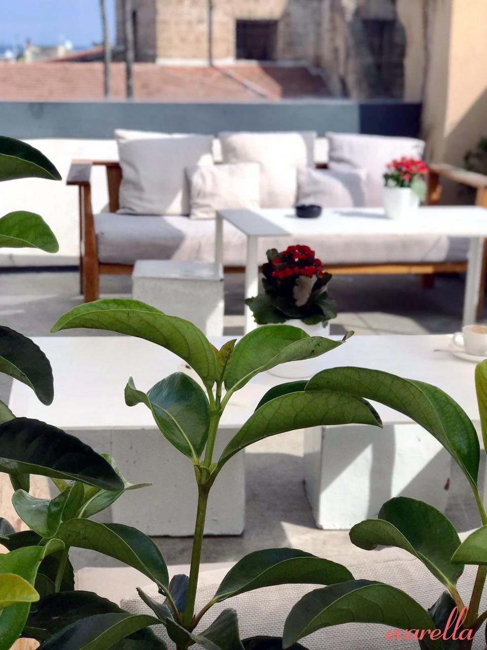 Loungebereich mit Holzsofas auf der Dachterrasse -–La Rinascente Palermo