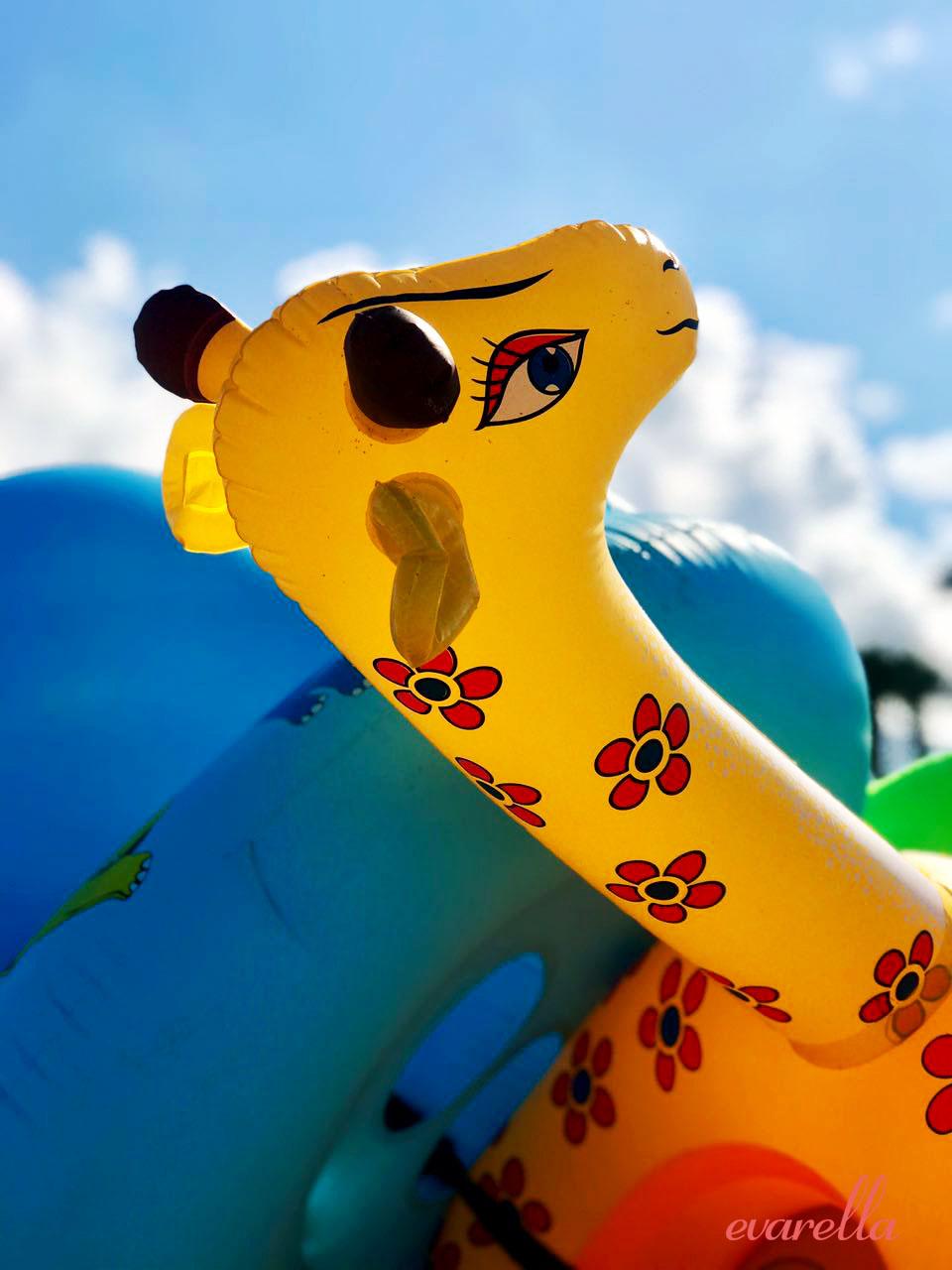 mondello_strand_palermo_sizilien_wasserpielzeug_giraffe